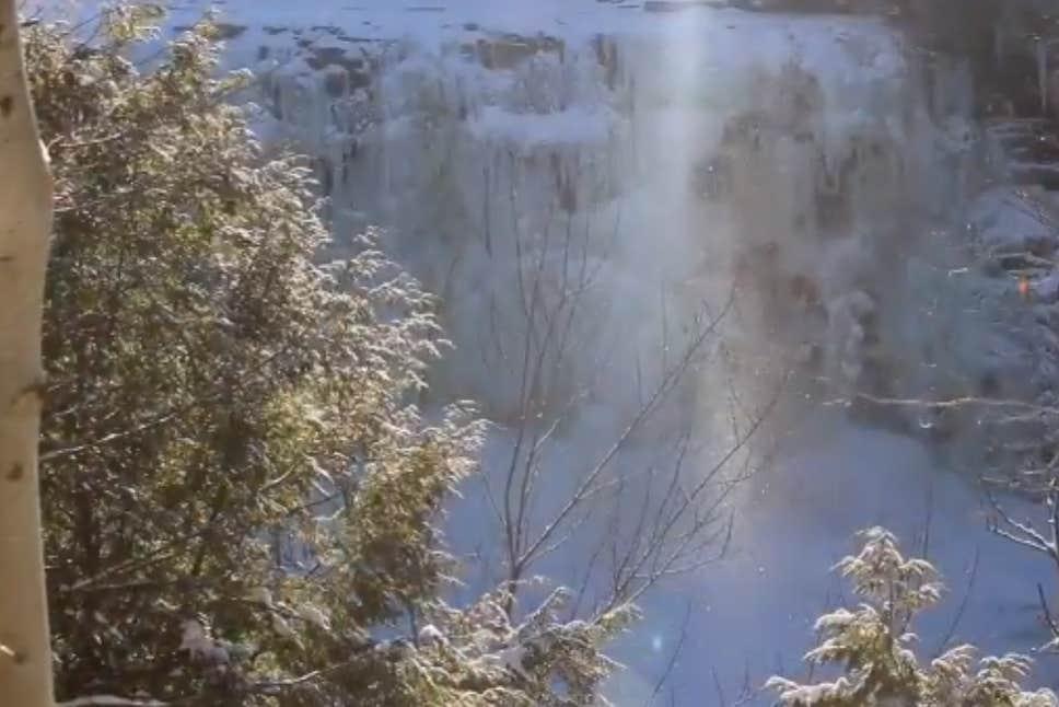 В США у замерзшего водопада кружится алмазная пыль (видео)