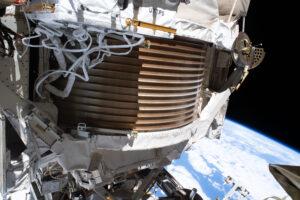 Астронавты МКС закончили ремонтировать прибор для поиска темной материи