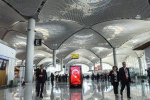 В аэропорту Стамбула запретили встречать пассажиров с именными табличками