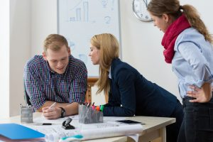 Флирт на работе снижает стресс у сотрудников