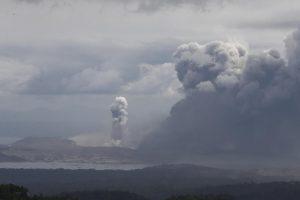Над вулканом Тааль разразилась гроза