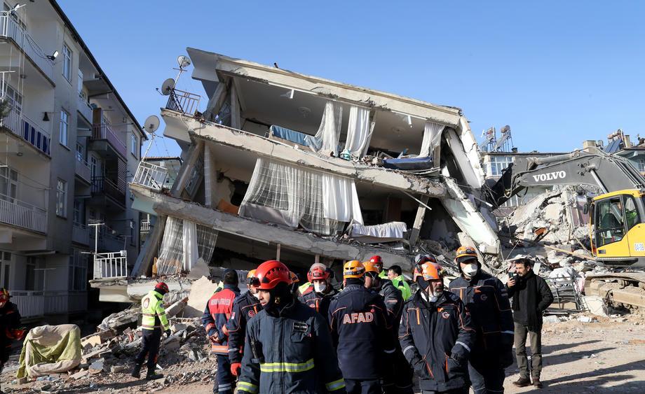 В Турции из-под завалов спасли мать с ребенком