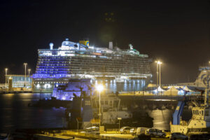 Тысячи людей застряли на круизном лайнере в Италии из-за подозрения на коронавирус
