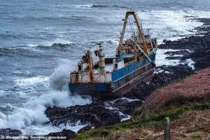 Шторм Дэннис прибил к берегам Ирландии корабль-призрак
