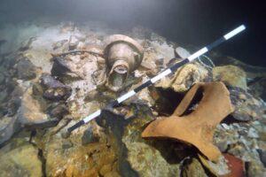 В подводной пещере у побережья Майорки нашли 200 древнеримских амфор