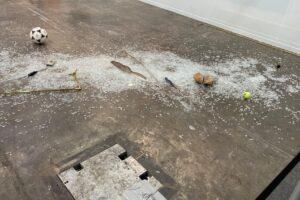 Арт-критик случайно уничтожила работу стоимостью 20000 долларов на открытии выставки