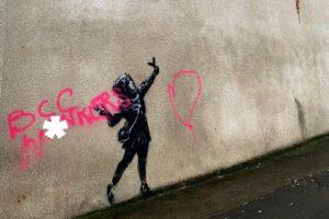 Вандалы уже испортили новое граффити Бэнкси