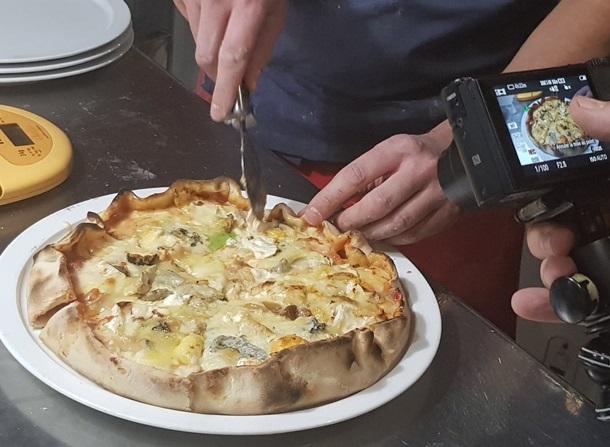 Французы испекли пиццу с рекордным количеством сыров