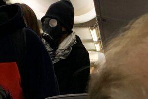 В США человек в противогазе попытался сесть в самолет