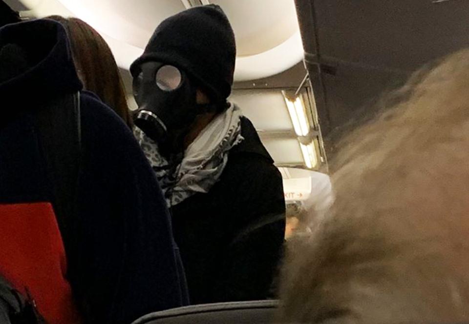 В США человек в противогазе попытался сесть в самолет .Вокруг Света. Украина