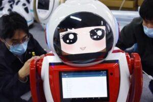 В Китае выпустили на улицы робота для борьбы с коронавирусом
