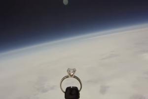Пилот ВВС США отправил в космос обручальное кольцо, чтобы сделать предложение любимой