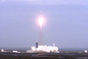 Рыбак поймал части корабля SpaceX