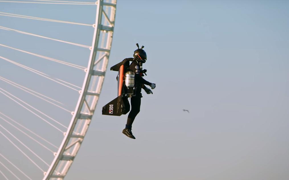 В Дубае мужчина на реактивном ранце взлетел на высоту 1500 метров (видео).Вокруг Света. Украина