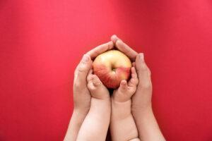 Годовалые дети способны на альтруизм: делятся едой с близкими