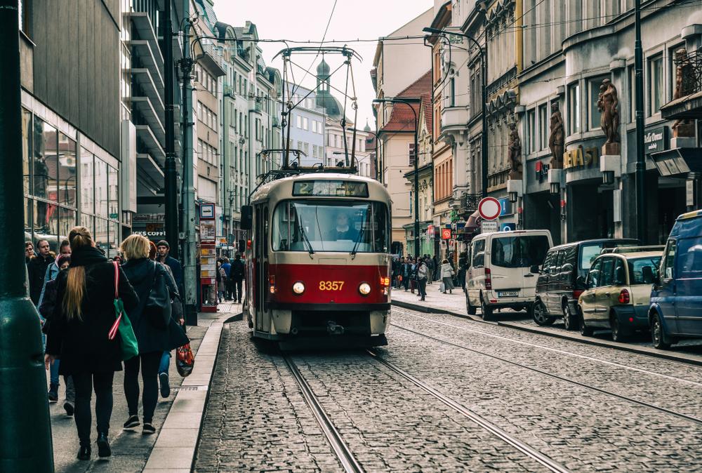В трамваях Праги борются с вирусами с помощью озона