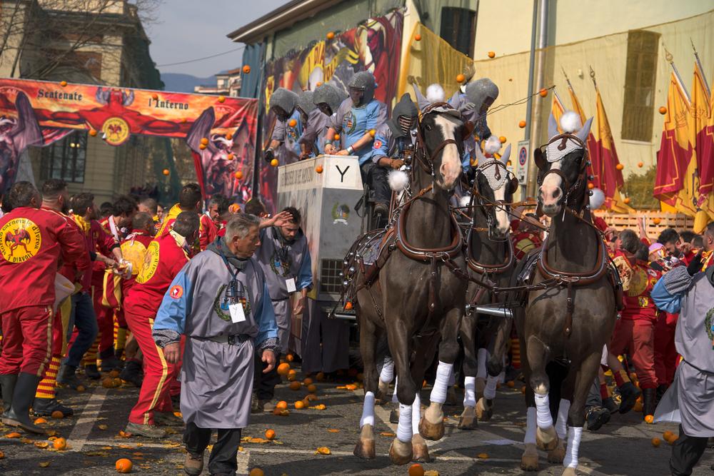 карнавал Иврея апельсины