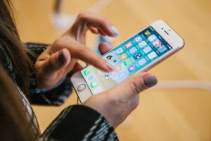 Apple запретила изображать в фильмах злодеев с iPhone - режиссер «Достать ножи»