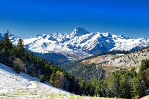 На французский лыжный курорт снег доставили вертолетами