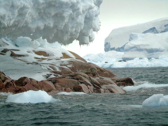В Антарктике под растаявшим льдом обнаружили еще один скрытый остров