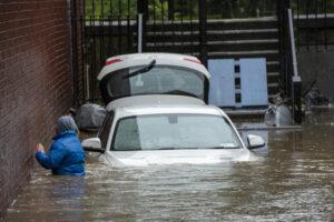 В Великобритании из-за урагана Дэннис нарушена вся транспортная система