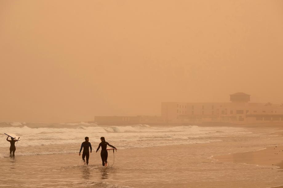 Мощная песчаная буря окрасила Канары в оранжевый цвет