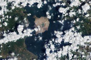Из тропического рая в лунную поверхность: НАСА показало ущерб от извержения вулкана Тааль