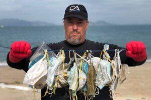 Использованные защитные маски запрудили пляжи Гонконга