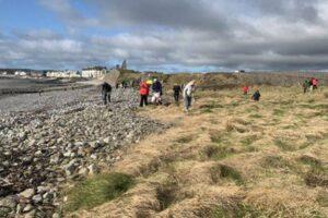 Туристы с норвежского лайнера устроили пляжный субботник