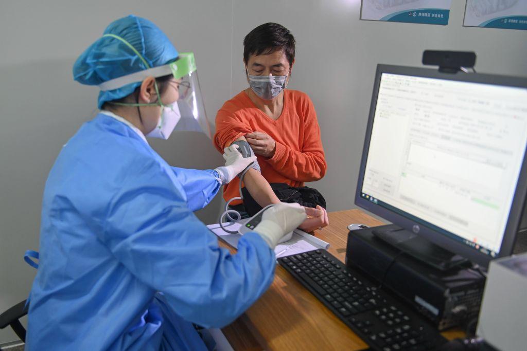 В Китае 100-летний мужчина с сердечной недостаточностью вылечился от коронавируса
