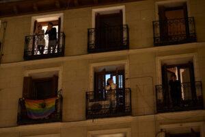 В Испании соседи из окон хором спели 80-летней женщине на карантине (видео)