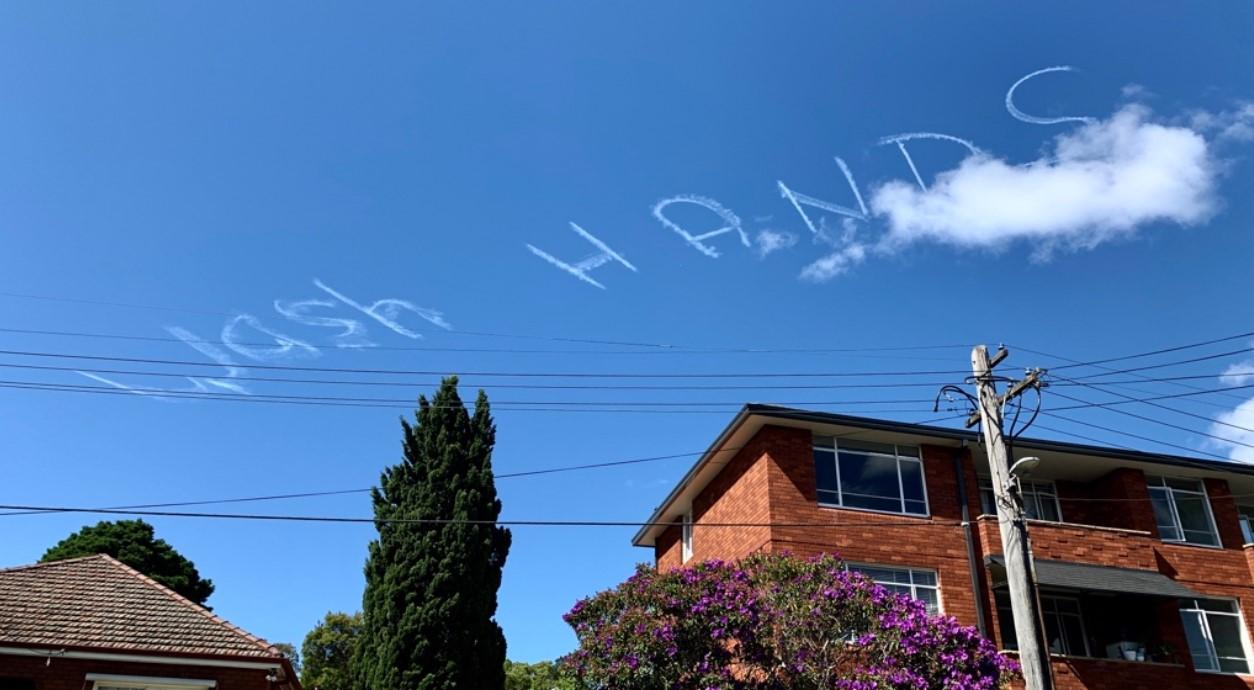 В небе над Сиднеем появился призыв мыть руки