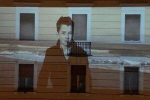 В Италии на стенах домов транслируют кино
