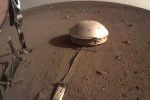 Сломавшийся на Марсе зонд InSight избил себя лопатой