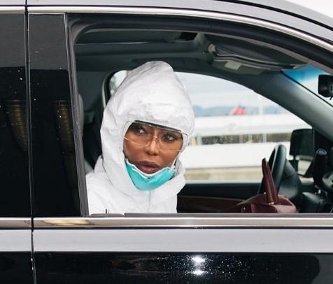 Наоми Кэмпбэлл путешествует в защитном костюме