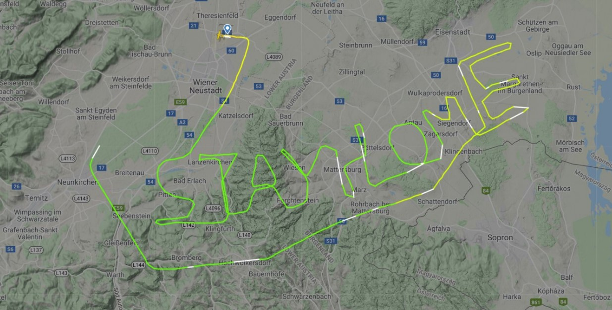 Пилот из Австрии написал в небе послание миру