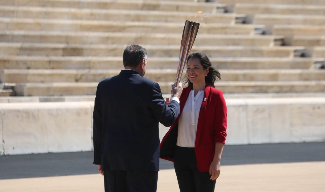 Афины передали Токио олимпийский огонь