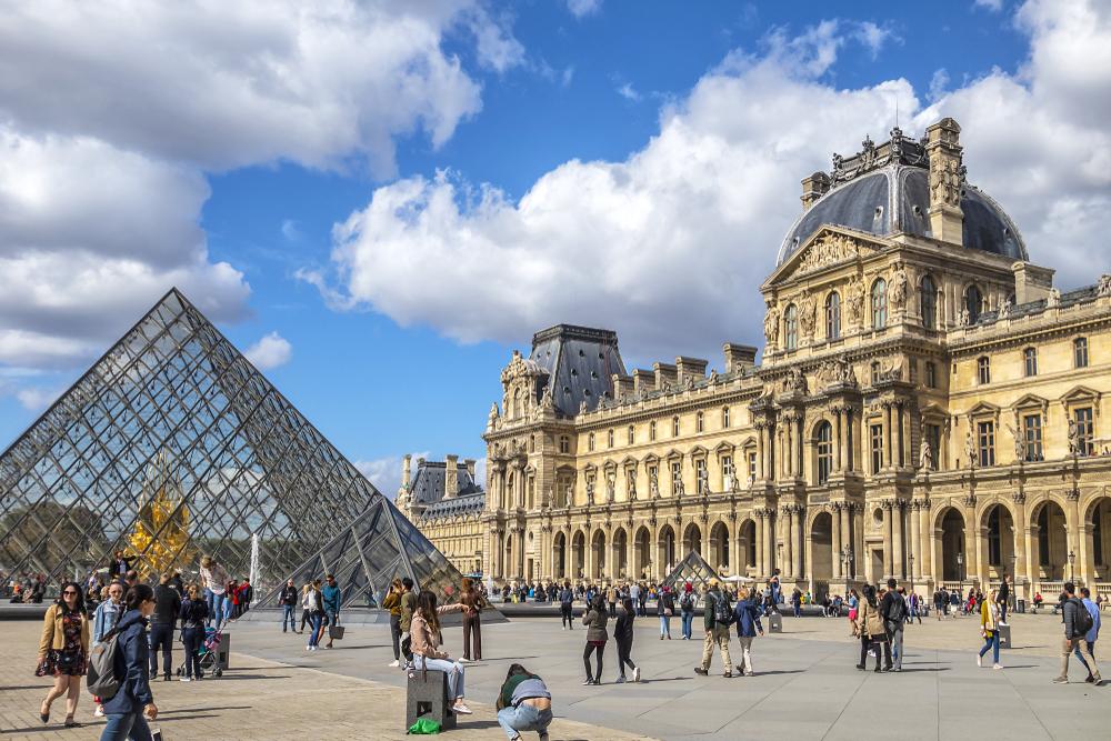 Лувр вновь открылся для туристов