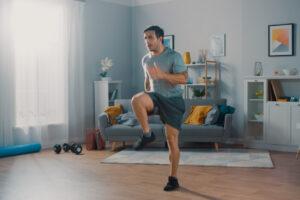 Из-за карантина спортсмены бегают по квартире десятки километров