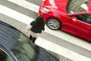 Владельцы дешевых авто чаще пропускают пешеходов