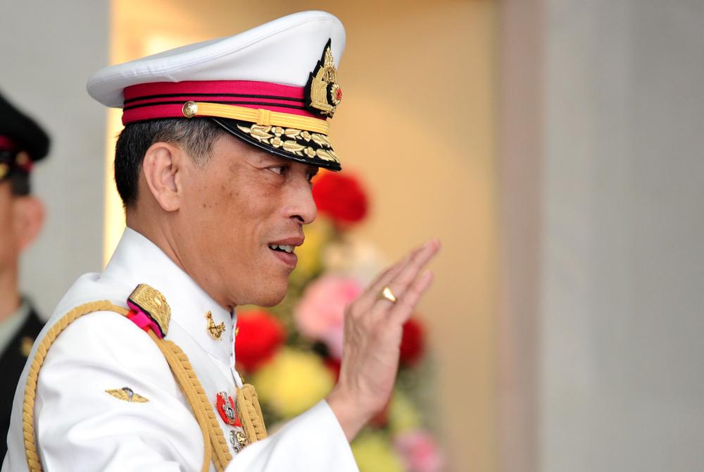 Король Таиланда спрятался в Альпах с гаремом