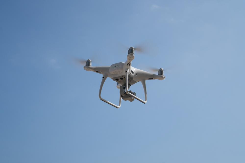 В Испании летающие дроны просят людей оставаться дома (видео)