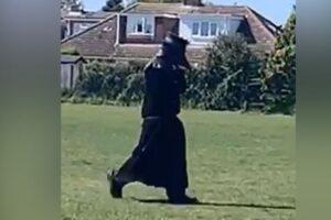 Британская полиция ищет человека, разгуливающего в костюме чумного доктора