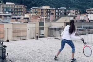 Итальянские теннисистки сыграли, стоя на крышах двух домов