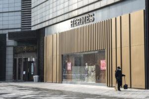 Сразу после снятия карантина магазин Hermes в Китае побил рекорд продаж