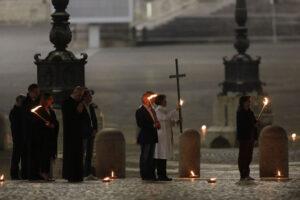 Крестный ход в Ватикане прошел по пустой площади Святого Петра
