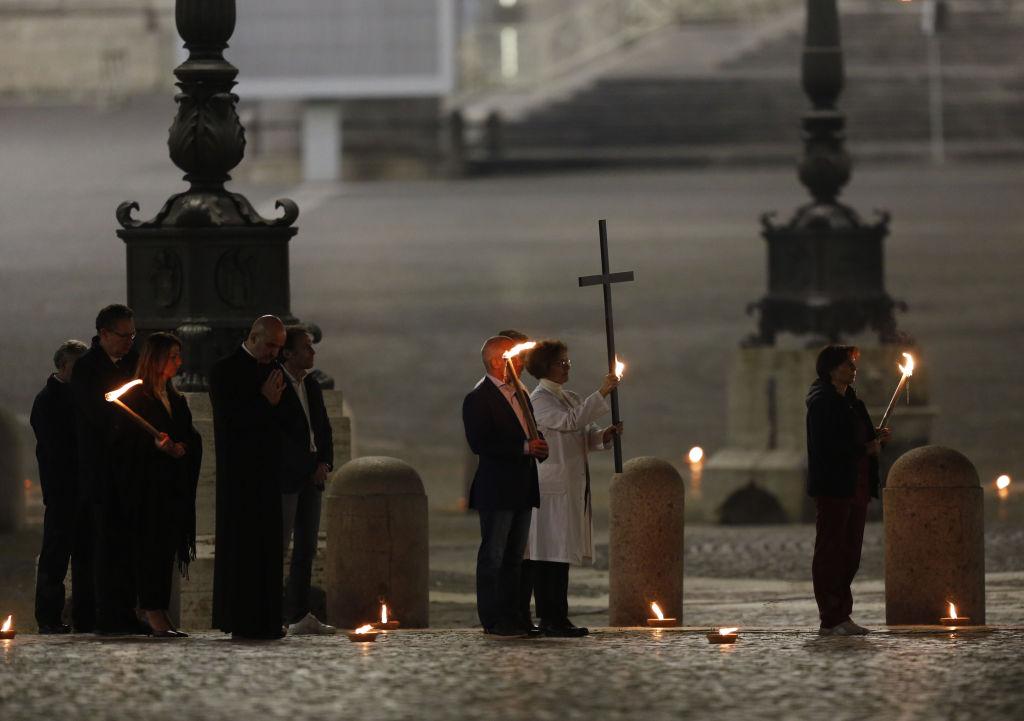 Крестный ход в Ватикане прошел по пустой площади Святого Петра.Вокруг Света. Украина