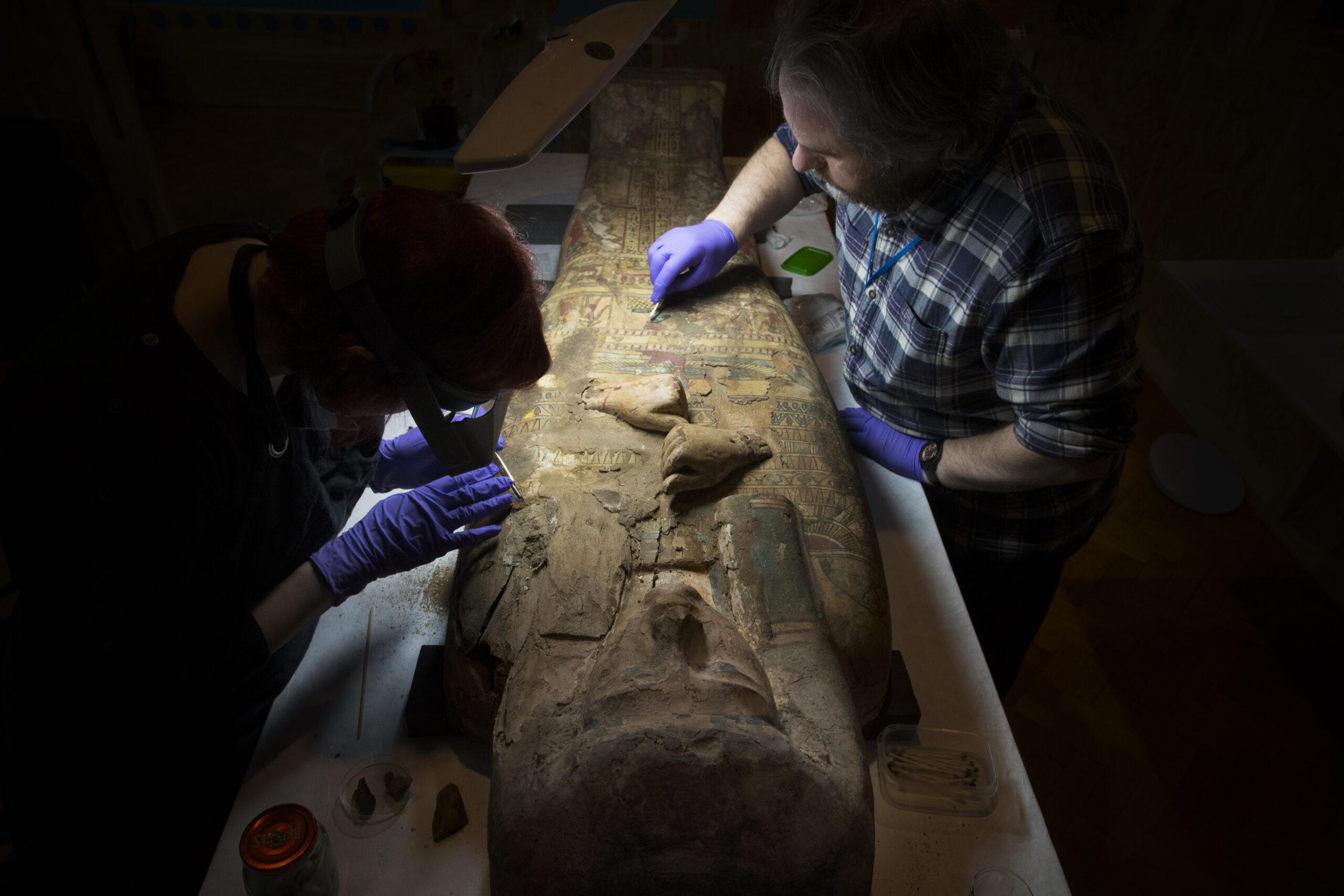Внутри 3000-летнего египетского саркофага обнаружили рисунки