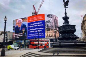 Гуляющего пенсионера из Британии хотят посвятить в рыцари