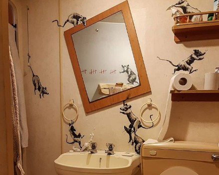 Бэнкси нарисовал граффити в ванной